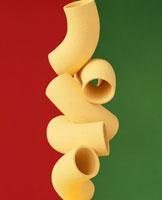 積み重なった5個のマカロニ(黄色)のイメージ