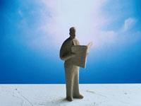 新聞を読むビジネスマンの人形 00684000645| 写真素材・ストックフォト・画像・イラスト素材|アマナイメージズ