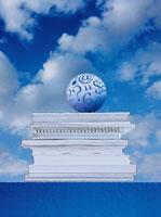 本の上の球体          CG 00684010087| 写真素材・ストックフォト・画像・イラスト素材|アマナイメージズ