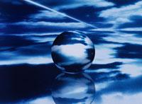 青空と雲が映った球体(青) CG 00684010092| 写真素材・ストックフォト・画像・イラスト素材|アマナイメージズ