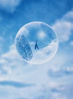浮く球体と歩く人イメージ(青) CG 00684010093| 写真素材・ストックフォト・画像・イラスト素材|アマナイメージズ