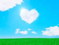青空に浮かぶハートマークの雲と芝生