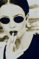 喫煙する外国人女性(セピア)