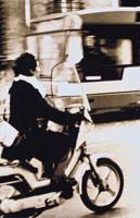 オートバイに乗る外国人女性(セピア) ローマ イタリア