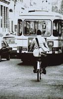 自転車に乗る男性とバス(B/W) パリ フランス