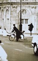 自転車に乗る女性(B/W) パリ フランス