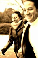 走る外国人のカップル(セピア) 冬