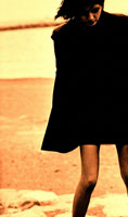 海辺のミニスカートの日本人の女性(セピア) 冬