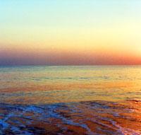 鎌倉の海のさざ波と夕焼け空 神奈川県