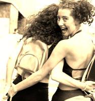 振り向いて笑う2人の外国人の女性