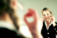 鏡の前に立つ外国人20代女性