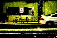 車道を走る車と歩道の自転車
