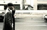 街を歩く黒人男性