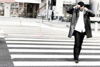 横断歩道を歩く黒人男性