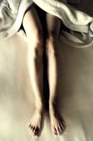 バスローブを着た女性の脚