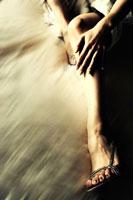 サンダルを履いた女性の脚