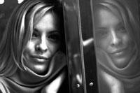 窓に顔をつける外国人女性
