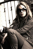 サングラスをかけて路地に座る外国の女性
