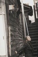 階段のある路地に立つ外国の女性