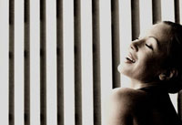 格子模様の壁と外国の女性