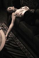 ソファに寝そべる外国の女性