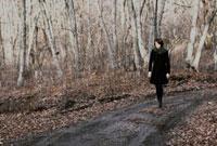 野道を歩く日本人の女性