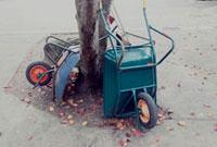 ゴミを運ぶリヤカーと落ち葉