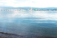 琵琶湖と対岸の道路