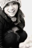 笑顔で見上げる女性