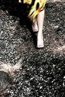 歩く女性の足元 00693011687| 写真素材・ストックフォト・画像・イラスト素材|アマナイメージズ