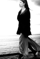 海岸を歩く女性