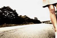 道路と女性の足