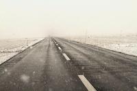 雪の降る道 00693012212| 写真素材・ストックフォト・画像・イラスト素材|アマナイメージズ