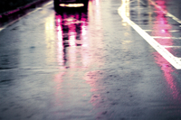 豪雨の中を走る車