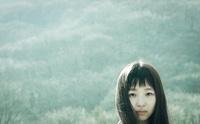 風に髪をなびかせる女性 00693012627| 写真素材・ストックフォト・画像・イラスト素材|アマナイメージズ