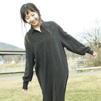 草原を笑顔で歩く女性