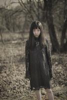 林の中で佇む女性