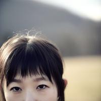 草原に立つ女性 00693012653| 写真素材・ストックフォト・画像・イラスト素材|アマナイメージズ