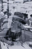 座る外国人女性(B/W) フランス