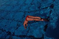 プールに飛び込む外国人男性