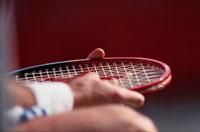 テニスラケットを持つ選手