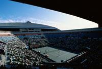 テニスコートとスタンドの群衆 東京