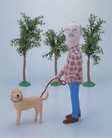 犬の散歩をするおじいさん