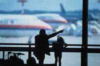 飛行機を見る親子のシルエット  成田空港 千葉県