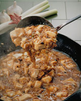 中華なべに入った麻婆豆腐とおたま