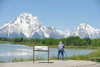 マウントモランと写真を撮る観光客