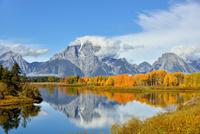 黄葉するスネークリバーとマウントモラン 00724012527  写真素材・ストックフォト・画像・イラスト素材 アマナイメージズ