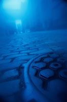 霧のかかる石畳とマンホール ブルックリン アメリカ