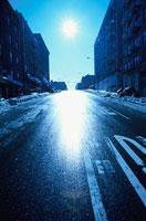 逆光の雪解けの道路 ニューヨーク アメリカ