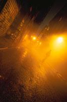 霧の中のロフト街の道路と人影(オレンジ)  ニューヨーク